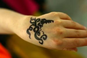 Fotografia di un tatuaggio fatto alla mano per uno spettacolo