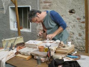 Rievocazione di artigiano che lavora con terre e ceramiche