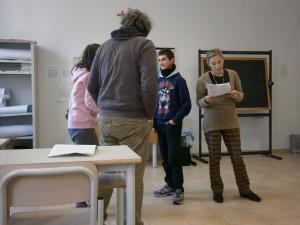 Fotografia scattata durante una esercitazione teatrale in una scuola